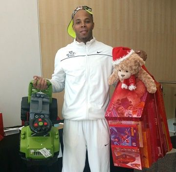 reec-drops-off-toys-courtesy-of-payusa-at-hoopin-for-tots-e1418575981102